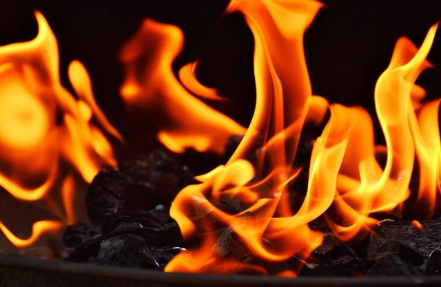 Flammen aus dem Grill